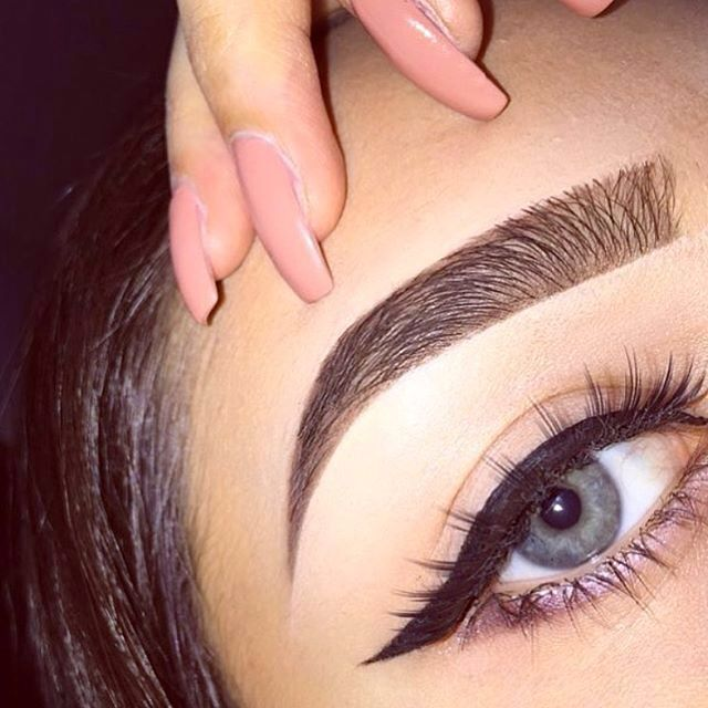 Special Cosmetic Manipulation For Correcting Eyebrows Making Their