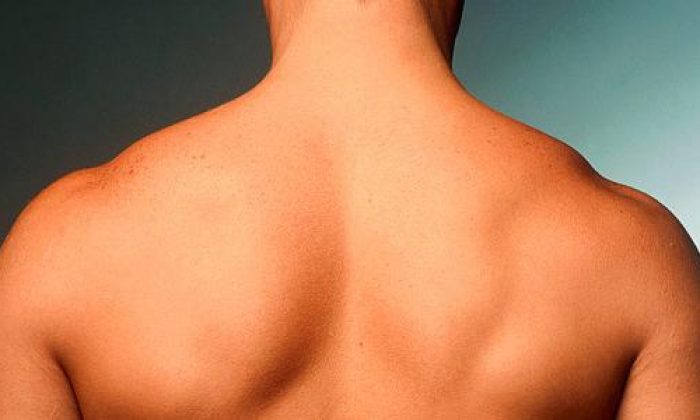 Hair on men's back area: something normal or mauvais tone?